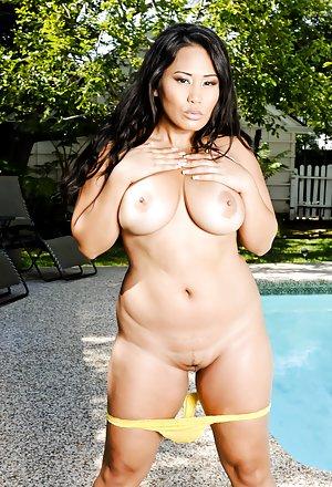 Free Big Tits at Pool Porn